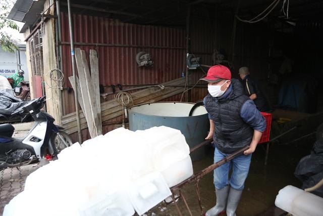 Hà Nội: Đông giá hơn 10 độ C, thợ nước đá vẫn miệt mài làm việc - 7