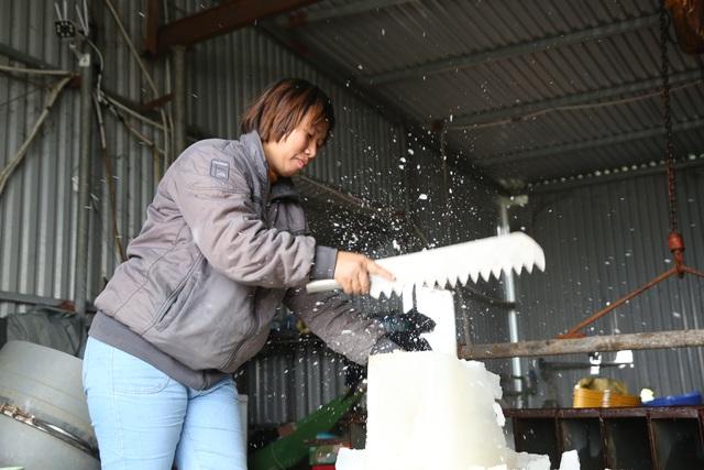 Hà Nội: Đông giá hơn 10 độ C, thợ nước đá vẫn miệt mài làm việc - 3