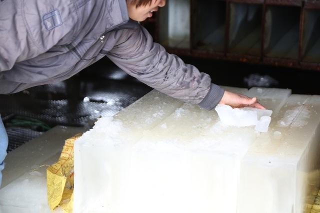 Hà Nội: Đông giá hơn 10 độ C, thợ nước đá vẫn miệt mài làm việc - 11