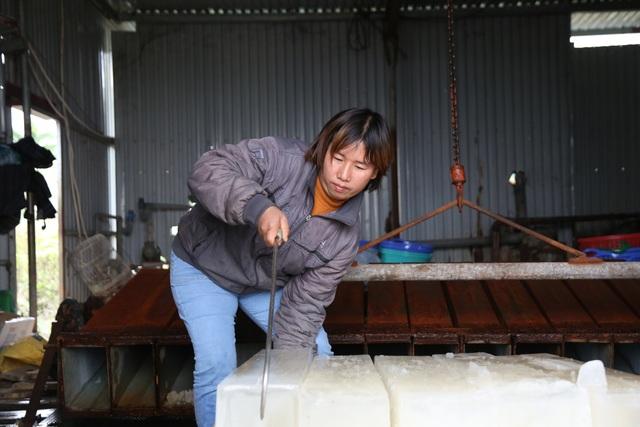 Hà Nội: Đông giá hơn 10 độ C, thợ nước đá vẫn miệt mài làm việc - 12