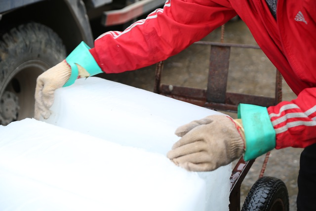 Hà Nội: Đông giá hơn 10 độ C, thợ nước đá vẫn miệt mài làm việc - 8