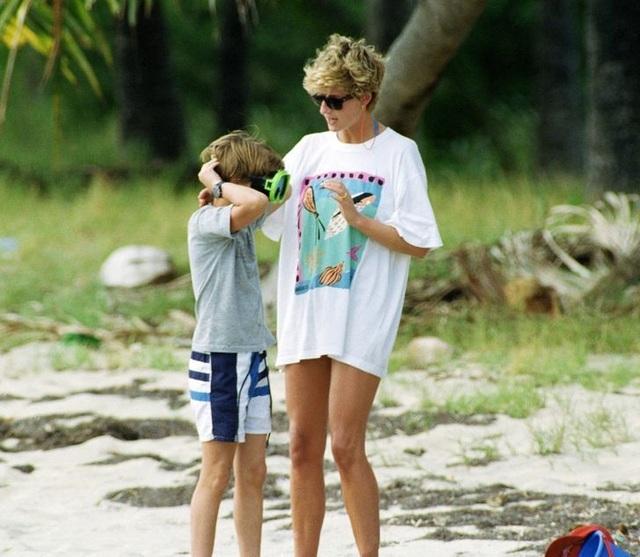 Những lần phá vỡ nguyên tắc hoàng gia về việc làm mẹ của công nương Diana - 5