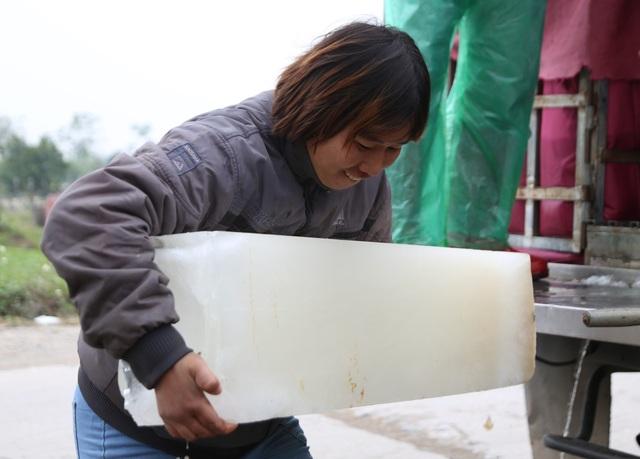 Hà Nội: Đông giá hơn 10 độ C, thợ nước đá vẫn miệt mài làm việc - 5