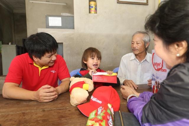 Cùng Vietjet mang Tết ấm cho em đến với trẻ em nghèo - 2