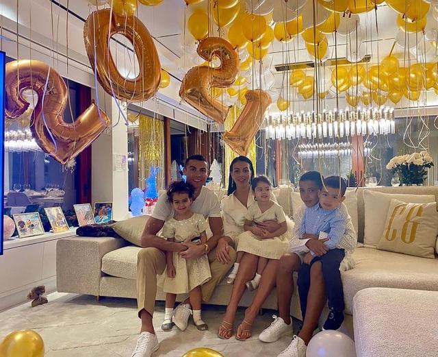 Bạn gái C.Ronaldo khoe dáng rạng ngời ở bãi biển Dubai - 3