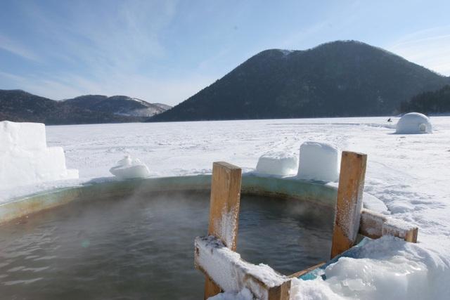 Lạc vào ngôi làng băng tuyết thần tiên, tắm onsen giữa bể tắm làm từ băng - 1