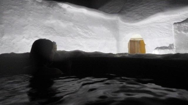 Lạc vào ngôi làng băng tuyết thần tiên, tắm onsen giữa bể tắm làm từ băng - 2