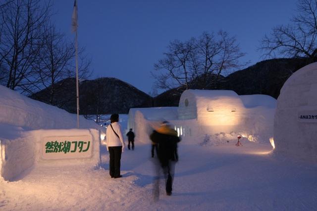 Lạc vào ngôi làng băng tuyết thần tiên, tắm onsen giữa bể tắm làm từ băng - 5
