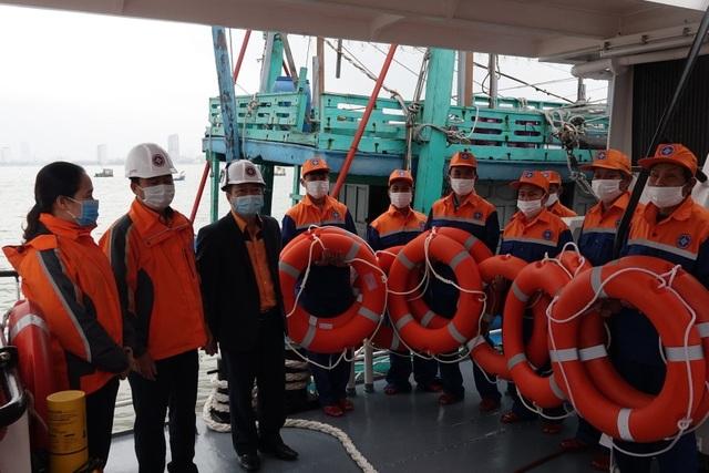 Cứu 7 thuyền viên trên tàu hỏng máy trong thời tiết khắc nghiệt - 3