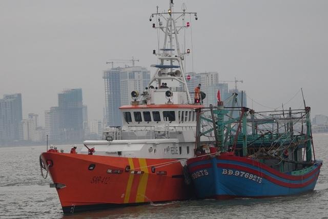 Cứu 7 thuyền viên trên tàu hỏng máy trong thời tiết khắc nghiệt - 2