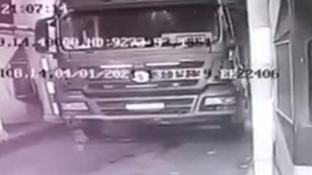 Xe tải trôi tự do cán chết tài xế trên cao tốc - 1