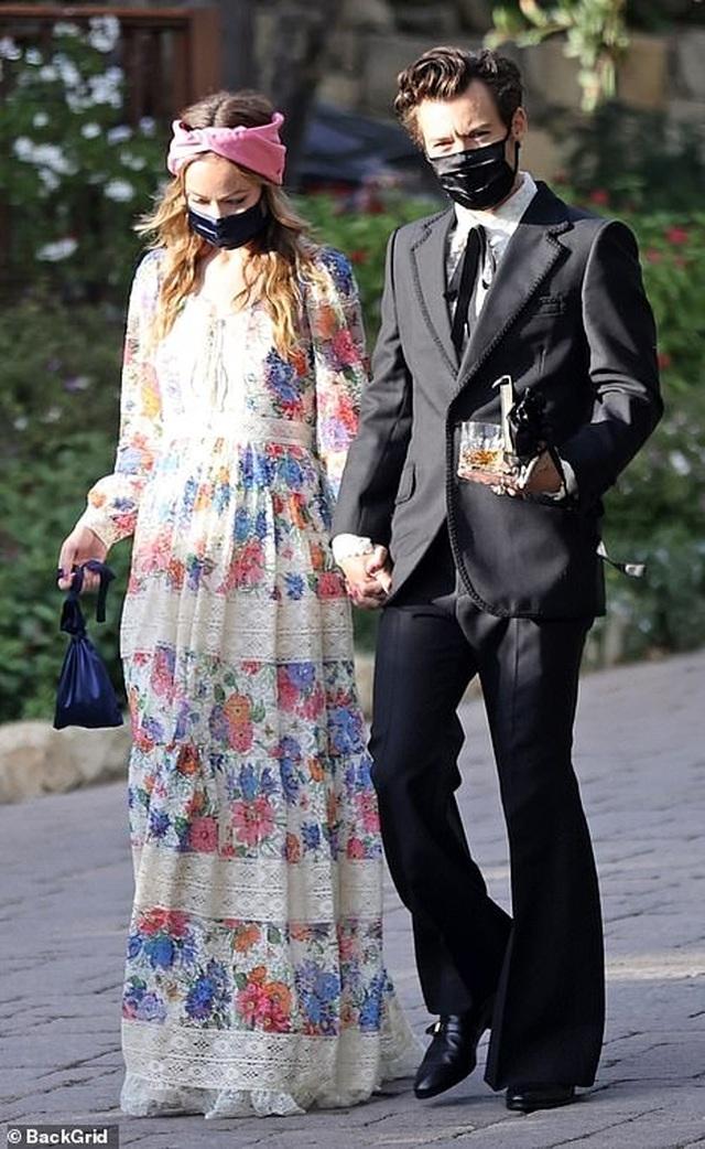 Lộ ảnh Harry Styles nắm tay bạn gái hơn 10 tuổi - 1