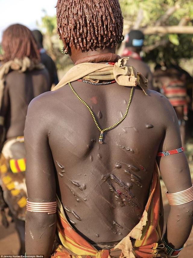 Lạ lùng bộ tộc đàn ông phải khỏa thân nhảy qua lưng bò để... lấy được vợ - 7