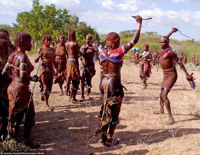 Lạ lùng bộ tộc đàn ông phải khỏa thân nhảy qua lưng bò để... lấy được vợ - 8