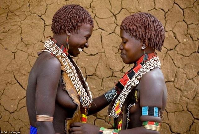 Lạ lùng bộ tộc đàn ông phải khỏa thân nhảy qua lưng bò để... lấy được vợ - 9