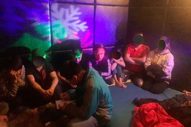 7 hot girl cùng nhiều nam thanh niên chơi ma túy trong nhà nghỉ - 2