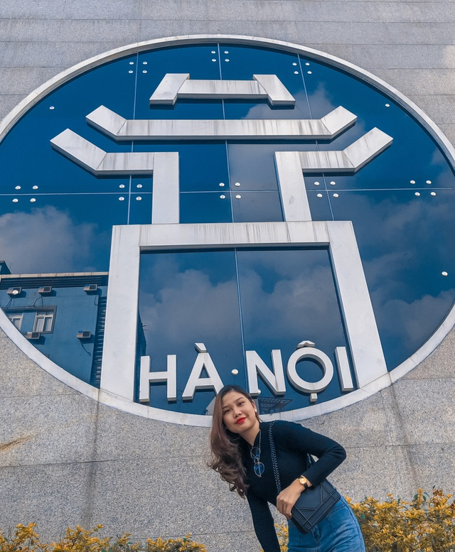 Young people enjoy taking pictures with Hanoi - 2 bold virtual life coordinates