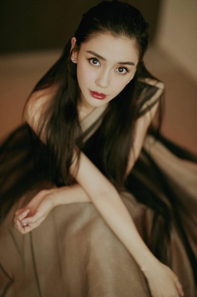 Huỳnh Hiểu Minh lộ ảnh đi bar với gái trẻ, Angelababy hôn má trai lạ - 4