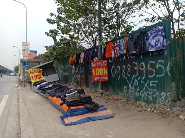 Những người bán quần áo dạo trong giá rét - 1