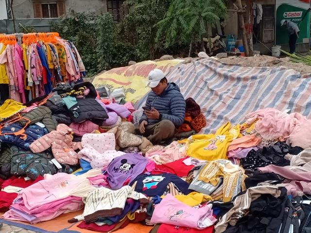 Những người bán quần áo dạo trong giá rét - 2