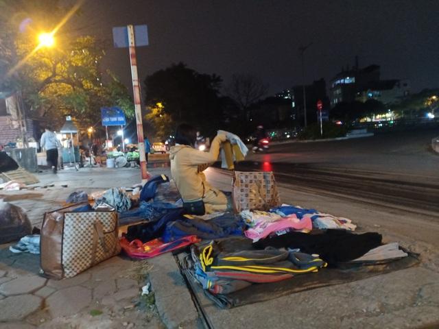 Những người bán quần áo dạo trong giá rét - 3