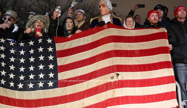 Biển người ủng hộ Trump đổ về, thủ đô Washington cấp tập ngăn bạo loạn - 4