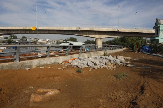 Dân vùng ven Sài Gòn háo hức chờ cây cầu xây 8 năm mới xong - 11