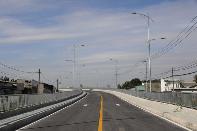 Dân vùng ven Sài Gòn háo hức chờ cây cầu xây 8 năm mới xong - 4