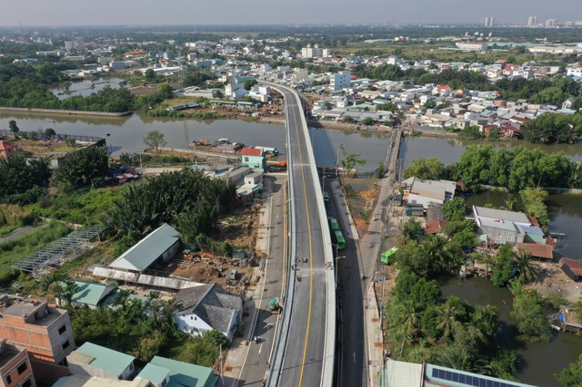 Dân vùng ven Sài Gòn háo hức chờ cây cầu xây 8 năm mới xong - 2