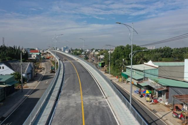 Dân vùng ven Sài Gòn háo hức chờ cây cầu xây 8 năm mới xong - 3