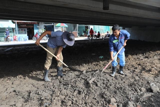 Dân vùng ven Sài Gòn háo hức chờ cây cầu xây 8 năm mới xong - 10