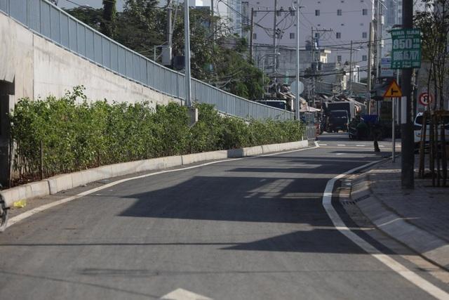 Dân vùng ven Sài Gòn háo hức chờ cây cầu xây 8 năm mới xong - 9