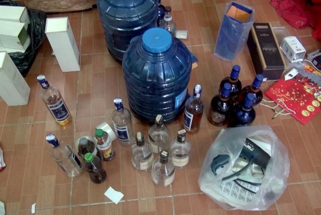 Đột kích cơ sở sản xuất rượu ngoại giả bằng hóa chất ở Sài Gòn - 1