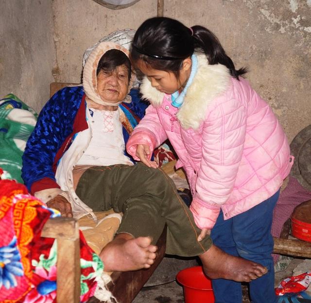 Bạn đọc tiếp tục giúp đỡ cháu bé cơ cực chăm mẹ tâm thần, cụ bại liệt - 1