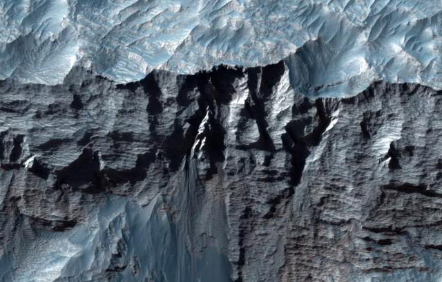Hé lộ những hình ảnh cực hiếm của hẻm núi bí ẩn lớn nhất Hệ Mặt trời - 2