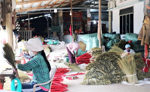 Người lao động làng chổi lớn nhất xứ Quảng khó khăn khi Tết cận kề - 1