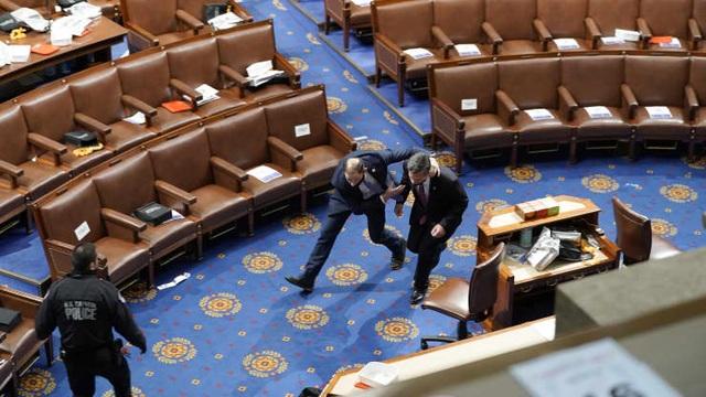 Bốn giờ hỗn loạn khi quốc hội Mỹ thất thủ vì người ủng hộ ông Trump - 8