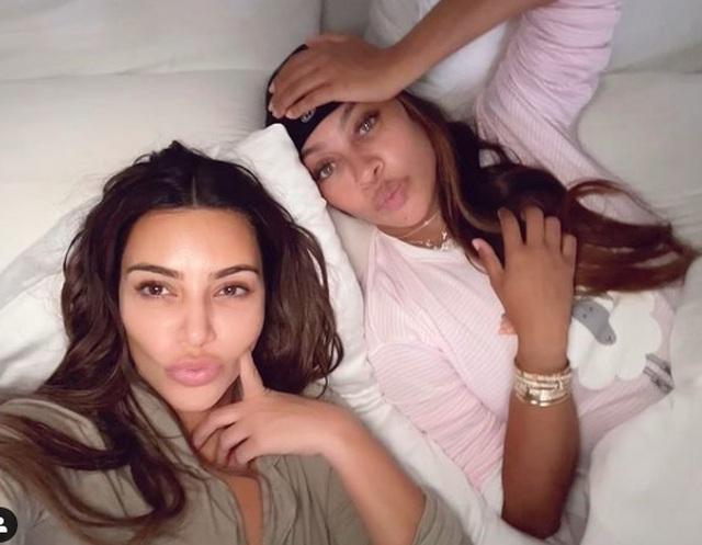 Kim Kardashian không còn đeo nhẫn cưới - 4