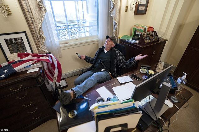 Bốn giờ hỗn loạn khi quốc hội Mỹ thất thủ vì người ủng hộ ông Trump - 4