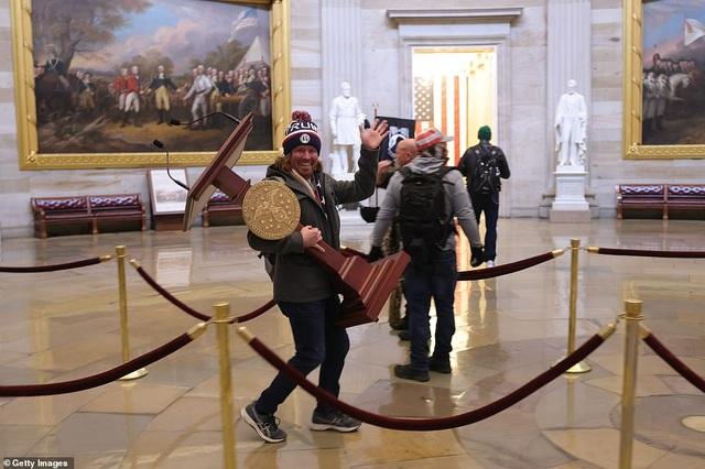 Bốn giờ hỗn loạn khi quốc hội Mỹ thất thủ vì người ủng hộ ông Trump - 18