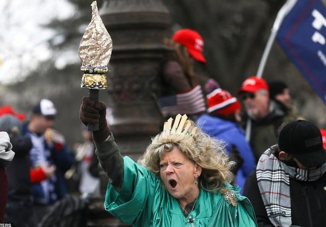 Bốn giờ hỗn loạn khi quốc hội Mỹ thất thủ vì người ủng hộ ông Trump - 5