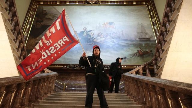 Người ủng hộ ông Trump đối đầu cảnh sát Mỹ bên trong tòa nhà quốc hội - 5