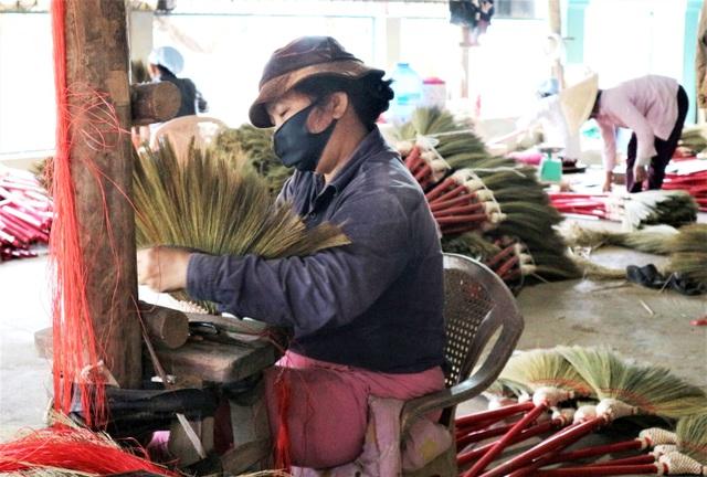 Người lao động làng chổi lớn nhất xứ Quảng khó khăn khi Tết cận kề - 7
