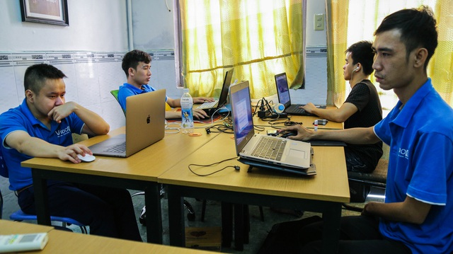 ảnh 4 Ngoài việc kinh doanh, công ty anh Vinh còn đào tạo nghề miễn phí cho hơn 60 người khuyết tật. Hiện nay tại công ty đang có 13 người là nhân viên chính thức.jpg