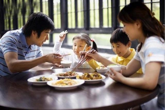 """Những nguyên tắc """"vàng"""" dạy trẻ bên bàn ăn"""