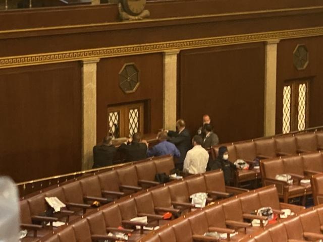 Người ủng hộ ông Trump đối đầu cảnh sát Mỹ bên trong tòa nhà quốc hội - 4