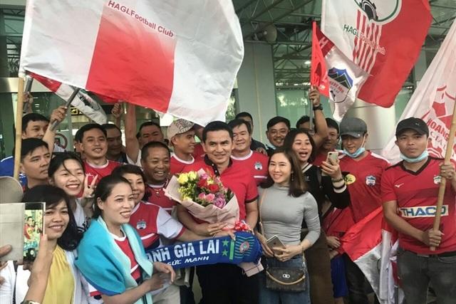 Báo Thái Lan: Cổ động viên Việt Nam dành tình yêu lớn cho Kiatisuk - 4