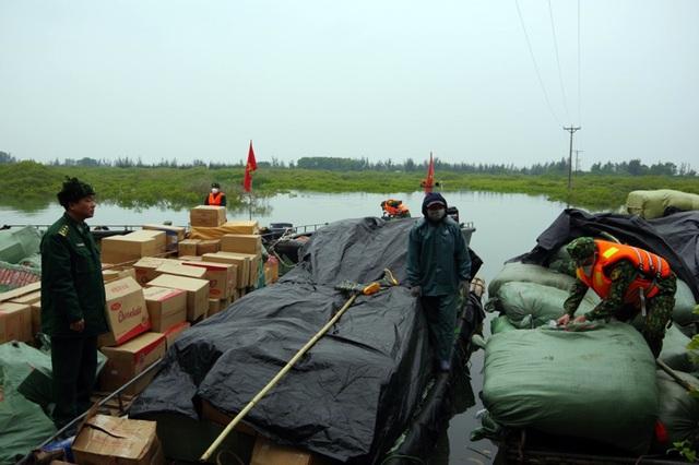 Phát hiện 5,5 tấn nầm lợn, xúc xích nhập lậu qua biên giới - 1