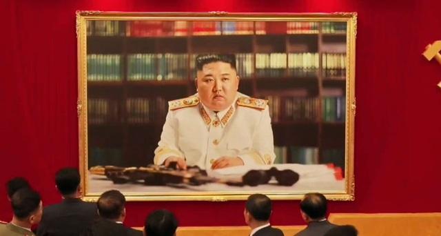 Triều Tiên đăng ảnh chân dung ông Kim Jong-un trong trang phục đặc biệt - 1
