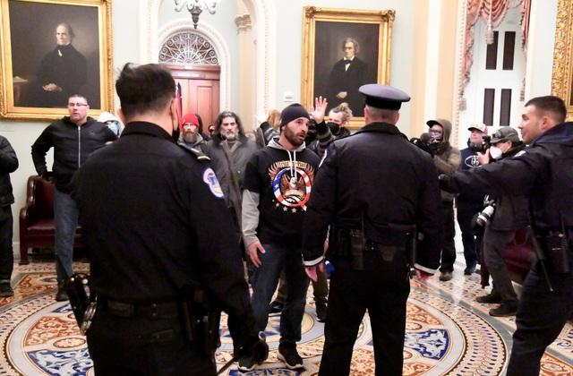 Tòa nhà quốc hội Mỹ tê liệt vì người biểu tình ủng hộ ông Trump - 5